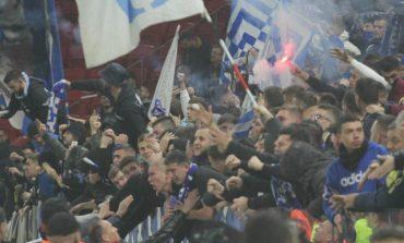 """""""LUANI ME KOKËN LART, BASHKË PËR TË 28-IN""""/ Tifozët e Tiranës surprizojnë skuadrën në stërvitje. Shikoni çfarë bëjnë… (FOTO)"""