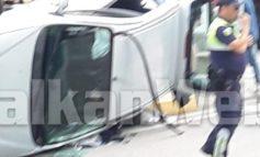 """AKSIDENT NË TIRANË/ Përplasen dy makina te """"5 Maji"""", përmbyset njëra, kishte brenda dhe 2 fëmijë"""