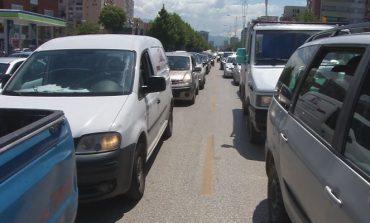 KORONAVIRUSI/ Heqja e masave kufizuese rikthen kaosin dhe trafikun në Tiranë (VIDEO)