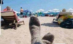Si të mbrohesh siç duhet nga Covidi? Vish çorape leshi në... plazh