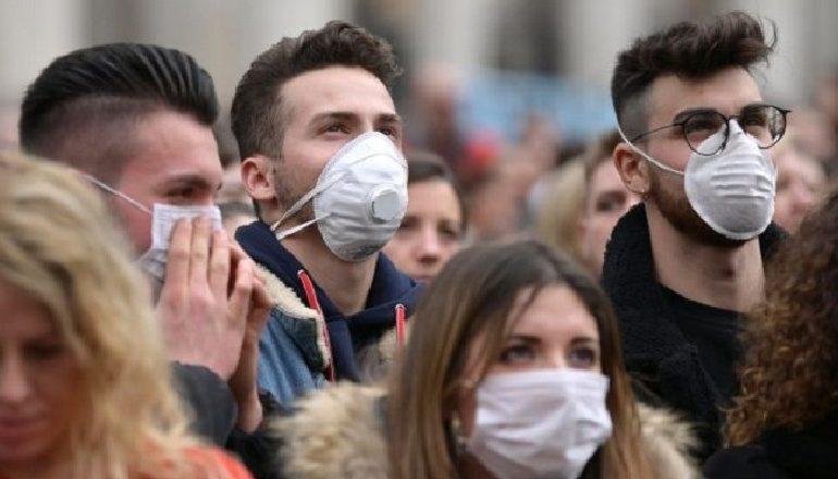 COVID-19/ OBSH u bën thirrje të rinjve të mbajnë maska: Nga sjellja e tyre varet shëndeti i të gjithëve