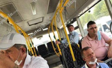 PAMJET/ Deputeti shqiptar si asnjë tjetër, udhëton me autobus në kohë koronavirusi