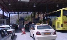 KAPSHTICË/ Asnjë makinë me targa shqiptare nuk lejohet të kalojë kufirin. Pengesë pala greke