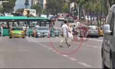 """DUKE FOLUR NË TELEFON DHE.../ Këmbësoret """"të pabindur"""" përballë sinjalistikës rrugore, burim aksidentesh (VIDEO)"""