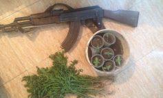 """""""NAMI"""" NË VLORË/ Sekuestrohen 53 kg kanabis, kallashnikov dhe 3 armë gjahu, 2 në pranga, procedohet kryeplaku dhe elektriçisti i zonës (DETAJE)"""
