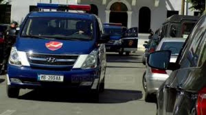 E RËNDË/ Një 37-vjeçar në Tiranë gjendet i pajetë në shtëpi, në trup ka plagë të shkaktuara nga një armë