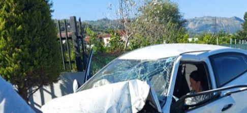 AKSIDENT NË ELBASAN-PEQIN/ Shoferja merr para bordurat dhe bën copa makinën, shpëton mrekullisht dhe… (PAMJET)