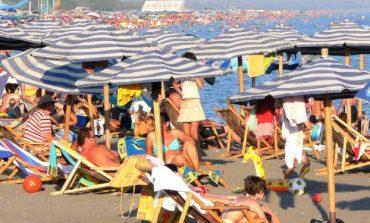 """FUNDJAVA/ Shqiptarët e Kosovës nuk e """"tradhtojnë"""" plazhin e Durrësit"""