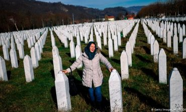 """""""NJËSI SERBE VRANË ATJE MBI 8.000 DJEM DHE BURRA MUSLIMANË""""/ Ish-diplomatja për DW: Në Srebrenicë Evropa dështoi"""