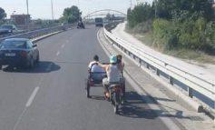 FOTOLAJM/ Çudira shqiptare! Triçikli udhëton me 2 pasagjerë në autostradë