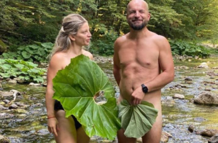 """NË GJURMËT E """"PASARDHËSVE"""" TANË/ Alfred Lela, nudo me avokaten e Haradinajt. Mbulojnë vetëm pjesët intime me gjethe (FOTO)"""