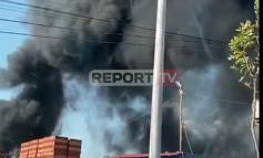 """E RËNDË/ Zjarr i madh në afërsi të rrugës """"Tiranë-Ndroq"""", merr flakë pika e grumbullimit të makinave (VIDEO)"""