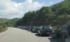 RADHË TË GJATA EDHE NË KAPSHTICË/ Qytetarët presin të kalojnë në Greqi (VIDEO)