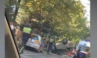 AKSIDENT NË LAPRAKË/ Përplasen dy makina njëra përmbyset, plagoset një vajzë