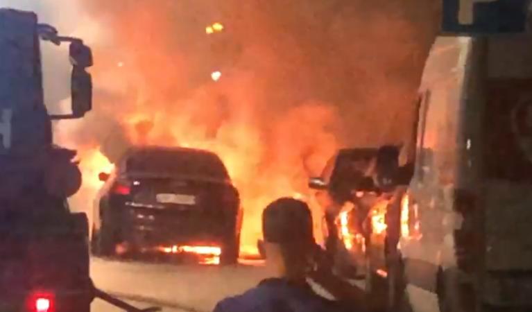 MERR FLAKË MAKINA NË FIER/ Frikë tek qytetarët, shpëton shoferi por zjarri dëmton dhe 3 mjete të tjera (VIDEO)