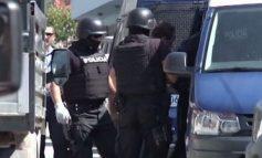 NDJEKJE SI NË FILMA NË QAFË THANË/ Trafikantët rrezikojnë jetën e punonjësve për të shpëtuar drogën, arrestohet njëri