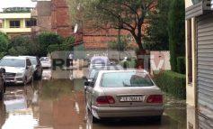 SHIRAT E PARË TË VJESHTËS SJELLIN PROBLEME NË QARKULLIM/ Përmbyten rrugët në Lushnje dhe Lezhë (VIDEO)