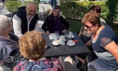 FOTOLAJM/ Kryeministri Rama i buzëqeshur, bashkëbisenon duke pirë kafe me gjyshet vlonjate