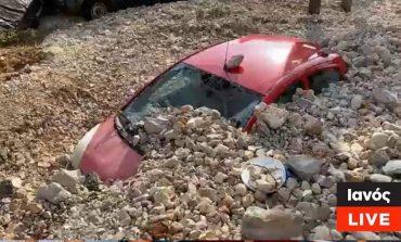 """PAMJE SHOKUESE PAS CIKLONIT """"LANOS"""" NË GREQI/ Shihni si dhjetëra makina fundosen mes gurëve e baltës (FOTOT)"""