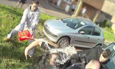 MOMENTI SHOKUES/ I riu i hedh benzinë një grupi policësh dhe kërkon çakmak (VIDEO)