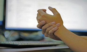 TEPRIMI ME ALKOOLIN, DIABETI APO DHE SKLEROZA/ Ja cilët janë disa faktorë që shkaktojnë mpirjen e duarve