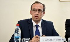 """""""NUK SHKON NËPËR RESTORANTE""""/ Befason zv/kryeministri kosovar: Kryeministri e merr bukën nga shtëpia dhe ha në zyrë"""