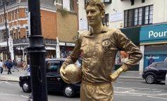 DEL I FUNDIT NË FANTAZI FUTBOLL/ Tifozi detyrohet të qëndrojë një ditë në këmbë si statujë