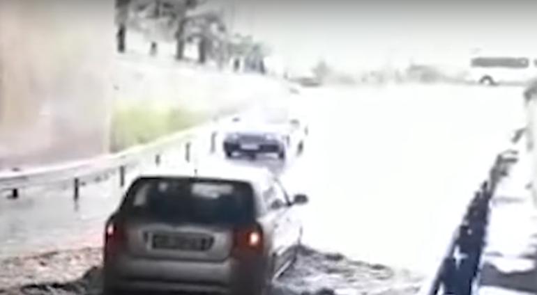 PËRKEQEËSIMI I MOTIT/ Përmbytet nënkalimi në Fushë Mamurras, automjetet detyrohen të…