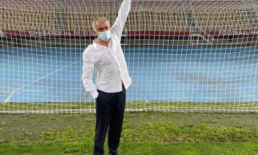 """""""ÇUDI SHQIPTARE""""/ Porta 5 cm më e vogël, jehonë në mediat britanike, befasohet edhe Mourinho (FOTOT)"""