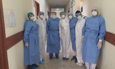 """""""TË GJITHË BASHKË""""/ Najada Çomo ndan FOTON krah kolegëve brenda Infektivit, në krye mjeku Kraja, i cili u rikthye pasi fitoi betejën me Covid"""