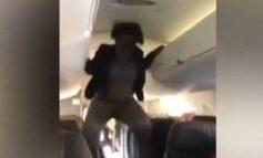 """VIDEO E TMERRSHME/ Gruaja """"pushtohet nga djalli"""" në avion, bën veprime të pakontrolluara dhe flet latinisht"""