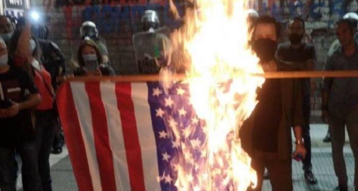 """""""TËRBOHEN"""" GREKËT/ Djegin flamurin e SHBA dhe bëjnë thirrje anti-NATO pas vizitës së Mike Pompeo në Athinë"""