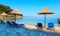 SHTATORI ME TEMPERATURA TË LARTA/ Turistë të huaj vijojnë të pushojnë buzë Adriatikut