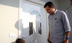 LAJM I MIRË/ Ndërtohet shtëpia e fundit nga tërmeti i shtatorit, Veliaj i jep ÇELËSAT familjes Stafa në Picallë