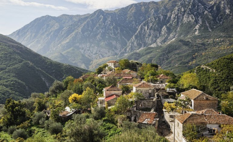 LARG JETËS DHE ZHURMËS SË QYTETIT/ Fterra, fashti shqiptar që të përhumb me bukurinë dhe hijeshinë e tij (PAMJET)