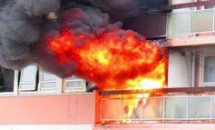 PËRFSHIHET NGA FLAKËT PUNISHTJA E ÇANTAVE NË GJIROKASTËR/ Zjarri filloi nga një makineri, dyshohet...