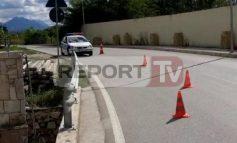 TENTOI T'I IKË POSTBLLOKUT TË POLICISË/ Makina përplas efektivin në aksin Fushë Krujë - Laç