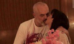DUKE U PUTHUR/ Rama publikon foton me Lindën, festojnë përvjetorin e martesës: 10 vjet!