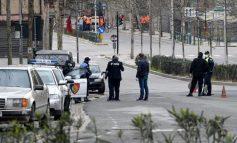 FOTOLAJM/ Jo vetëm GJOBA. Polici në Fier i dhuron maskën qytetarit i cili nuk e kishte