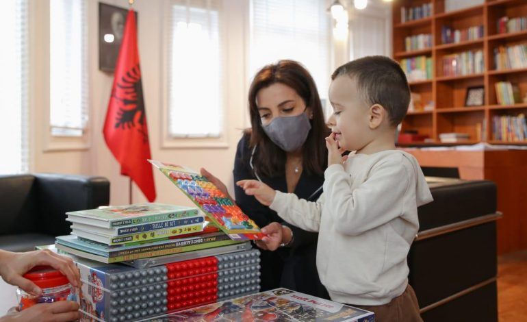 """""""DI TË LEXOJË DHE…""""/ Ministrja Kushi pret në zyrën e saj Eljon 3-vjeçar, i ftuari i veçantë me dhunti e aftësi të rralla"""