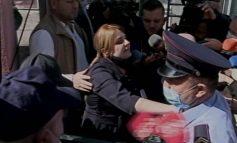 APELI LË NË FUQI MASËN ARREST SHTËPIE/ Gyqtarja Mimoza Margjeka përplaset me policët: Mos më prekni. Nuk bëhet shteti me monstra...