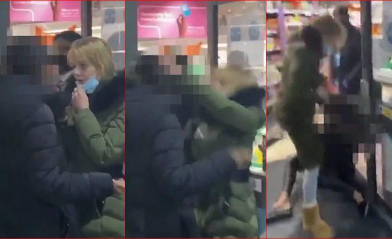 PO BËN XHIRON E RRJETIT/ Sherr për maskën në dyqan, gruaja GODET me kokë… (VIDEO)