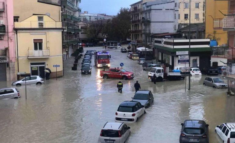 """""""MOS DILNI NGA SHTËPIA""""! Ja zona në Itali që goditet nga cikloni dhe jep alarmin e kuq. Përmbyten rrugë e makina (FOTO+VIDEO)"""