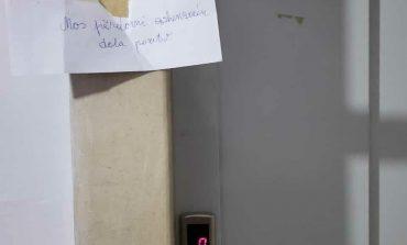 FOTOLAJM/ Ja çfarë shënimi le qytetari tek ashensori pasi rezulton POZITIV