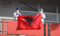 """""""KRENARI...""""/ Manastirliu publikon FOTOT emocionuese nga Infektivi të mjekëve me flamurin kuq e zi"""
