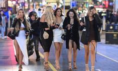 SFIDOJNË TË FTOHTIN DHE COVID-19/ Të rinjtë britanikë mbushin rrugët për një pije alkoolike (FOTO)