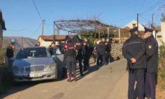 PLAGOSI FQINJIN ME ARMË ZJARRI NË PRANI TË FËMIJËVE/ Gjykata lë në burg autorin e ngjarjes në Lezhë