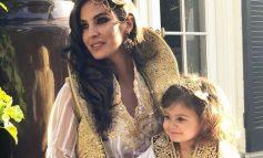 """""""MALËSORJA E MAMIT""""/ E veshur me veshje popullore, vajza e Eminës u jep mësime valleje shokëve të klasës"""