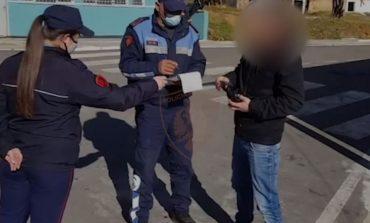 NUK RESPEKTUAN ORËN POLICORE DHE NUK MBAJTËN MASKAT/ Ja sa qytetarë janë gjobitur në 24 orët e fundit (VIDEO)
