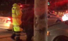 AKSIDENT NË TIRANË/ Shoferi i makinës humb kontrollin dhe përfundon tek stacioni i autobusit
